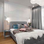 Biela spálňa so sivou čalúnenou posteľou
