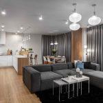 Útulná obývačka s kuchyňou v sivej s drevom