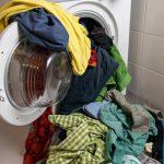 Kopa farebného prádla vypadávajúca z práčky