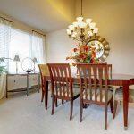 Jedáleň s klasickými stoličkami a lustrom