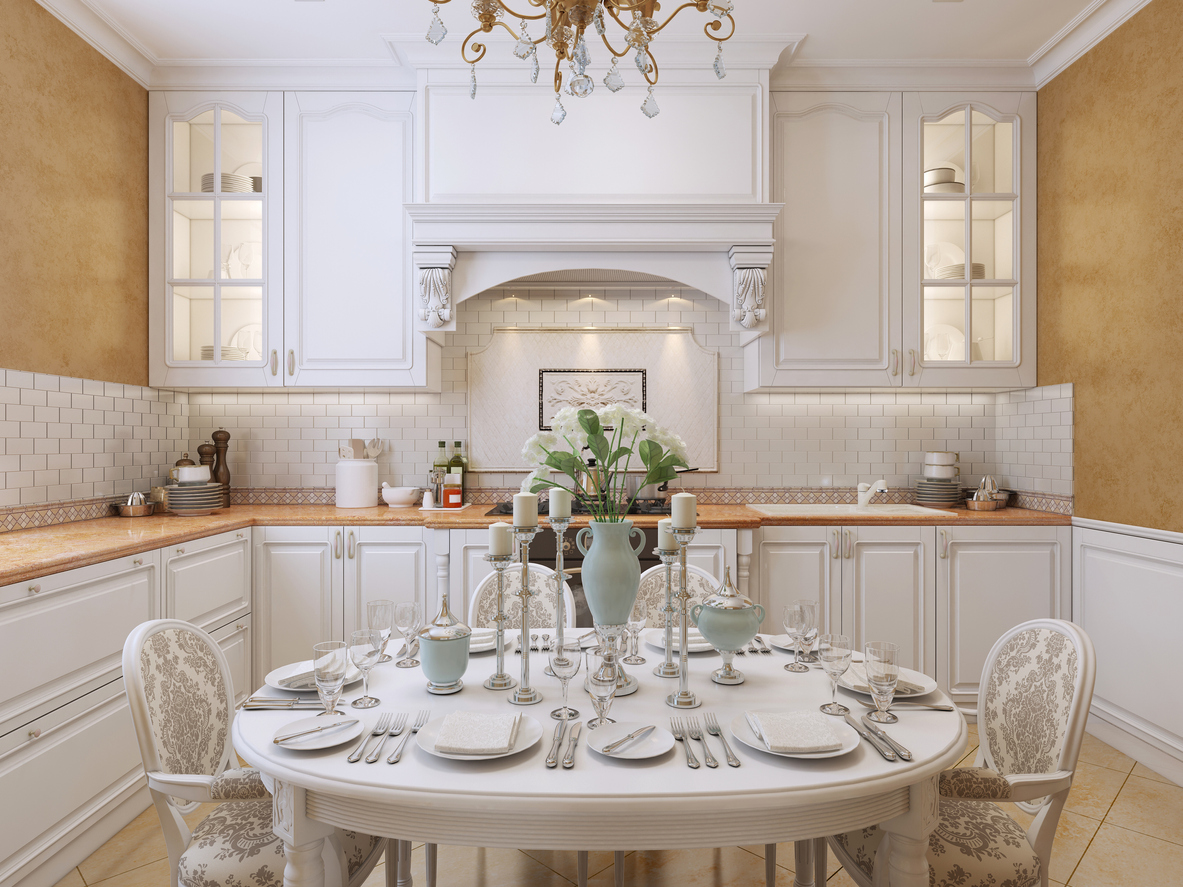 Rustikálna kuchyňa s jedálenským prestretým stolom