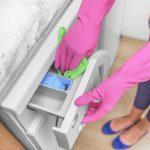 Žena ručne čistí zásobník práčky