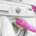 Žena ručne čistí bubon práčky
