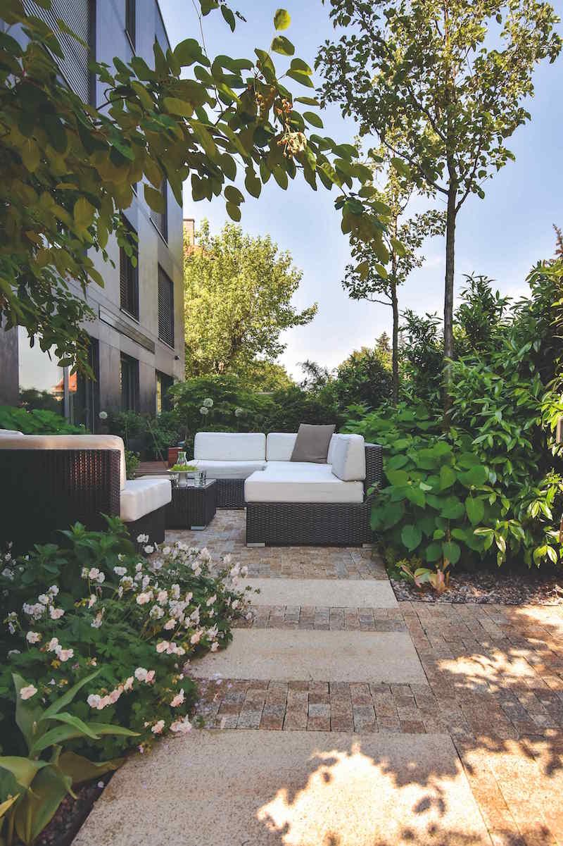 Záhrada s bielym sedením