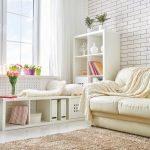 Biela útulná obývačka s lavicou