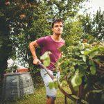 Muž v záhrade s fúrikom