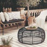 Ratanový okrúhly stolík a útulné sedenie na terase