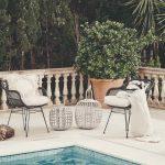 Biela dlažba okolo bazéna so sedením