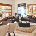 Obývačka s okrúhlym stolom a výrazným obrazom