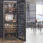 voľne stojaca vínotéka v modernej kuchyni