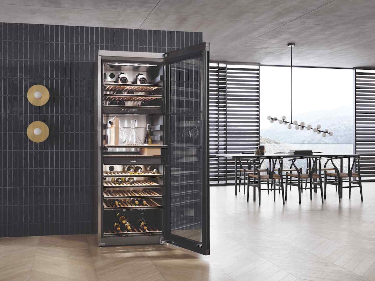 voľne stojaca vinotéka v modernej kuchyni