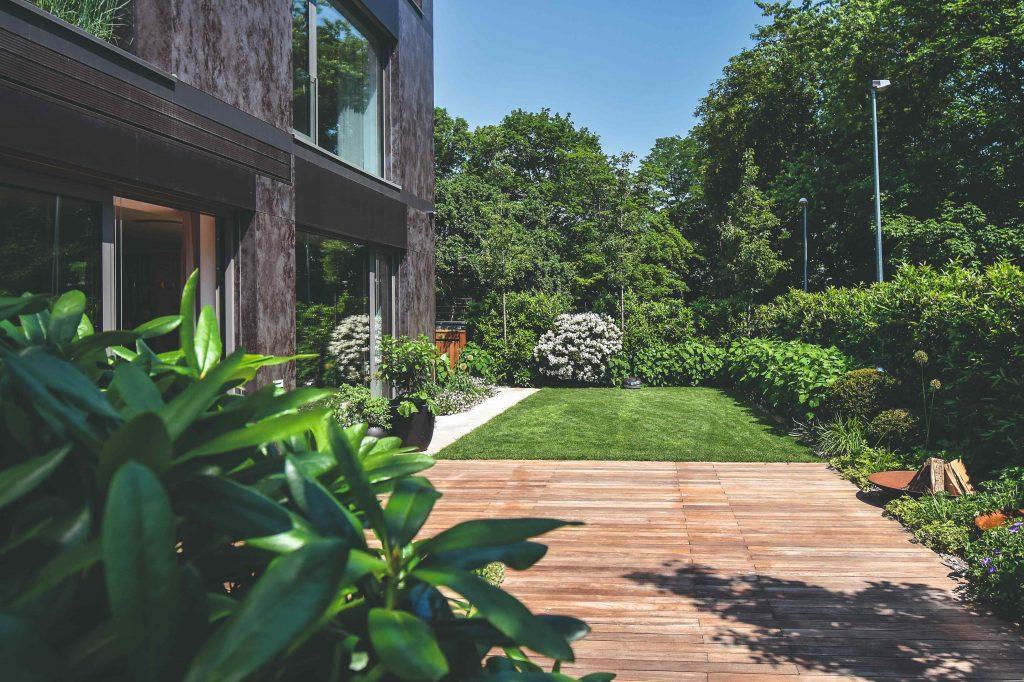 Na úzkom pozemku pri bytovke dokázali vytvoriť praktickú a zároveň krásnu mestskú záhradu
