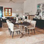 Veľká jedáleň s bielymi dizajnovými stoličkami v dome na Malorke
