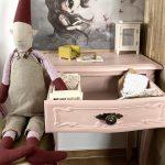 Ružový toaletný stolík pre bábiky