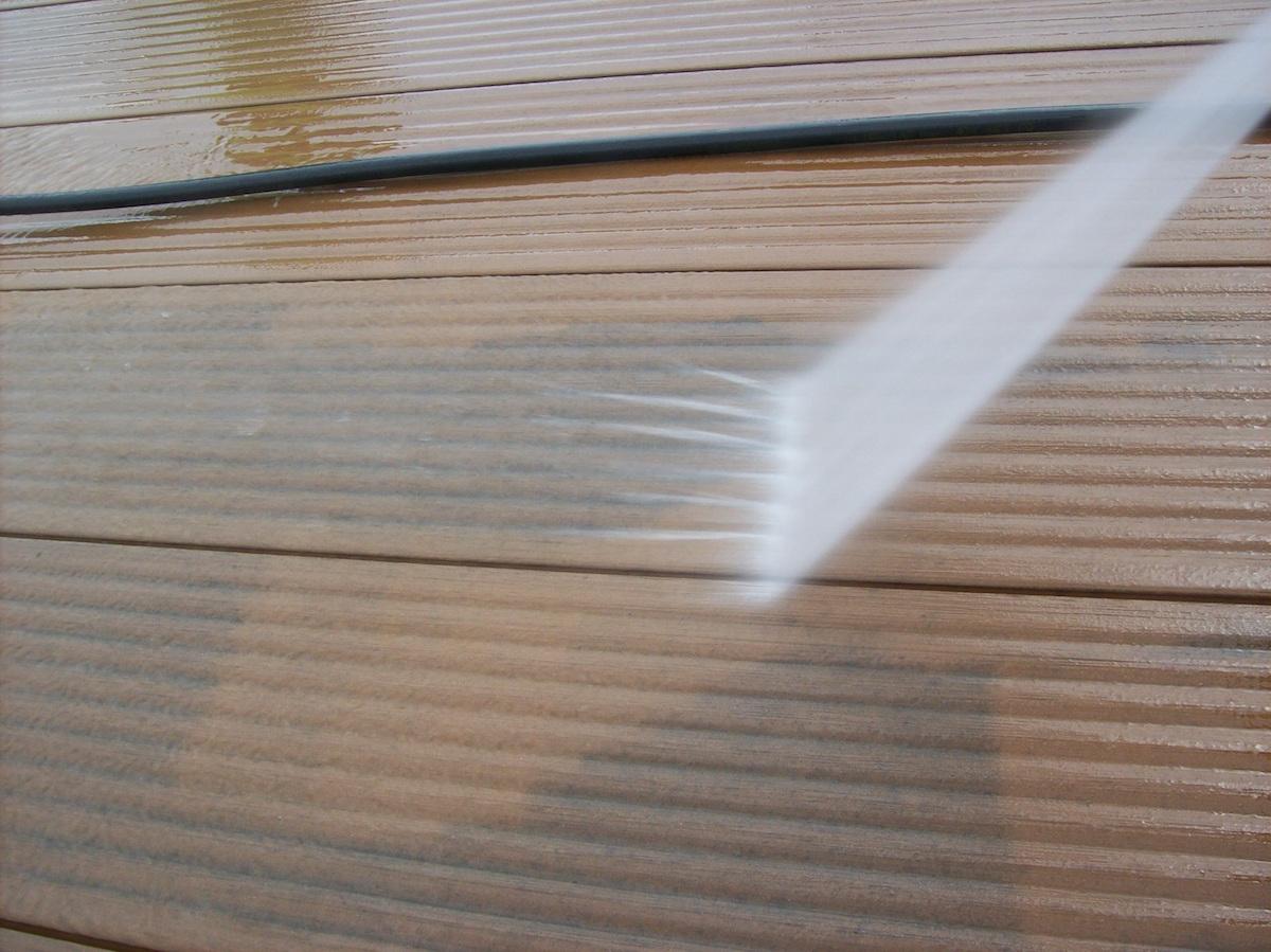 Čistenie kompozitnej terasy