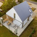 Letecký pohľad na biely dom so sivou strechou