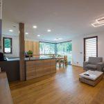 Obývačka spojená s kuchyňou v drevodome