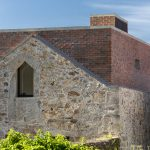 Tehlový box vložený do ruín historického domu