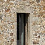 Kamenná stena s oknom