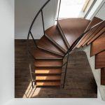 Točité betónové schodisko s dreveným obkladom