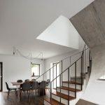 Prízemie domu s jedálňou a točitým schodiskom