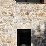 Kamenná stena s oknom do jedálne