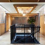Kazetový drevený strop v dennej časti so schodiskom