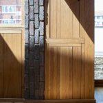 Tehlový detail steny s dreveným obkladom