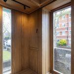 Zvislé drevené veľké okná v anglickom rodinnom dome