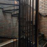 Točité schodisko v anglickom tehlovom dome