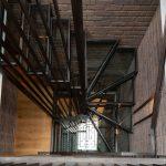 Kovové schodisko s tehlovou stenou