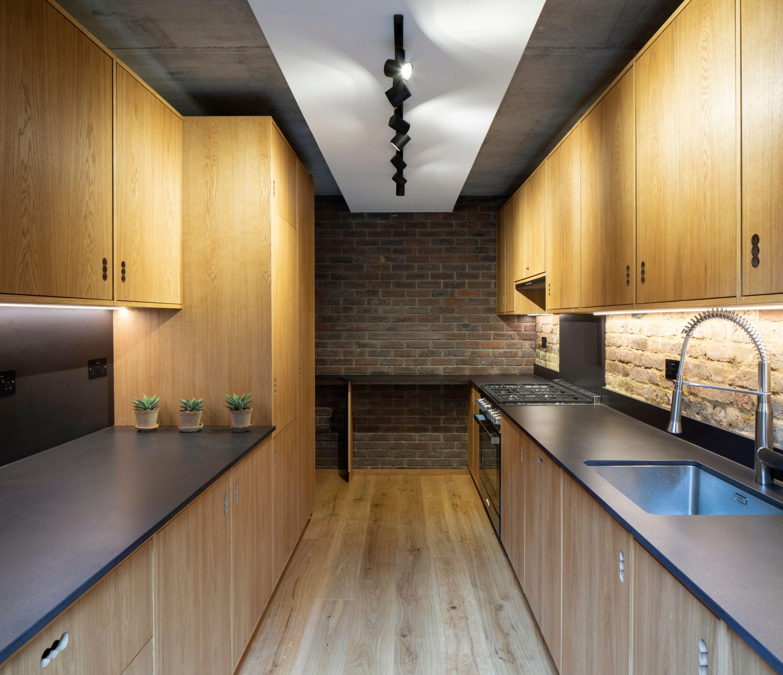 Tehlová kuchyňa s drevenou linkou