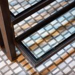 Detail schodiska z kovu