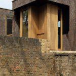 Anglická moderná novostavba z tehál s drevenými oknami