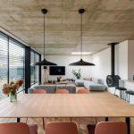 Otvorená obývačka s jedálňou v presklenom dome
