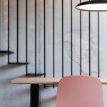 Ružová stolička so svietidlom a stolíkom