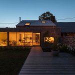 Rodinný dom s presklením a terasou v noci