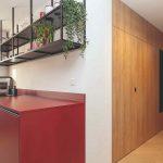 Drevená chodba a červená kuchyňa roh