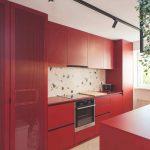 Červená kuchyňa s čiernymi a terazzo detailmi