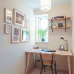 Malý pracovný kút s dreveným stolom