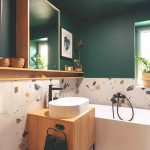 Exotická kúpeľňa s terazzo a tmavozelenou stenou