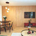 Retro obývačka s drevenou stenou