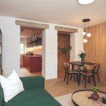 Retro obývačka s drevenou a tehlovou stenou