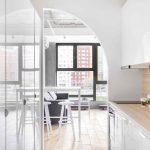 Úzka kuchyňa s oblúkom a výhľadom na veľké okno