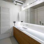 Biela kúpeľňa s drevenými skrinkami