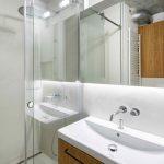 Kúpeľňa so skleneným sprchovacím kútom