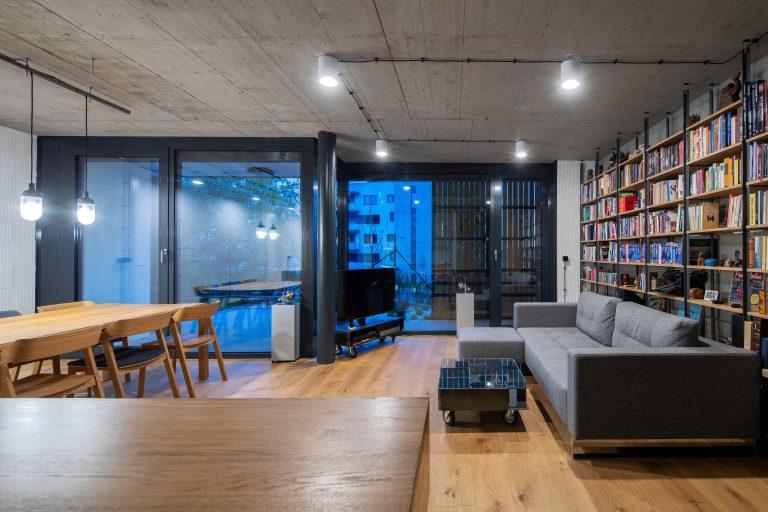Štvorizbový byt na Drotárskej: Minimalistický interiér maximálne prepojený s malou záhradkou a terasou