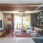 Obývačka s policovou stenou a jedálenským kútom