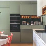 Biela kuchyňa so zelenou obývačkovou stenou