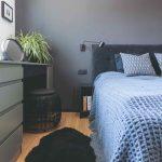 Malá spálňa s modrou posteľou